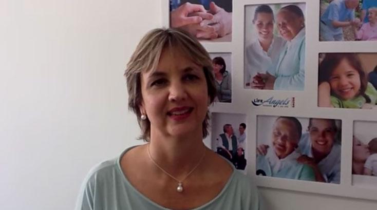 Como a Life Angels (Life First) monitora os serviços de cuidador de idosos?